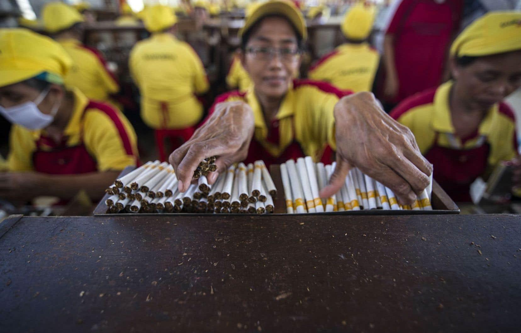 Une usine de cigarettes à Surabaya, en Indonésie. Ce pays d'Asie n'a pas enregistré de progrès entre 1990 et 2015.