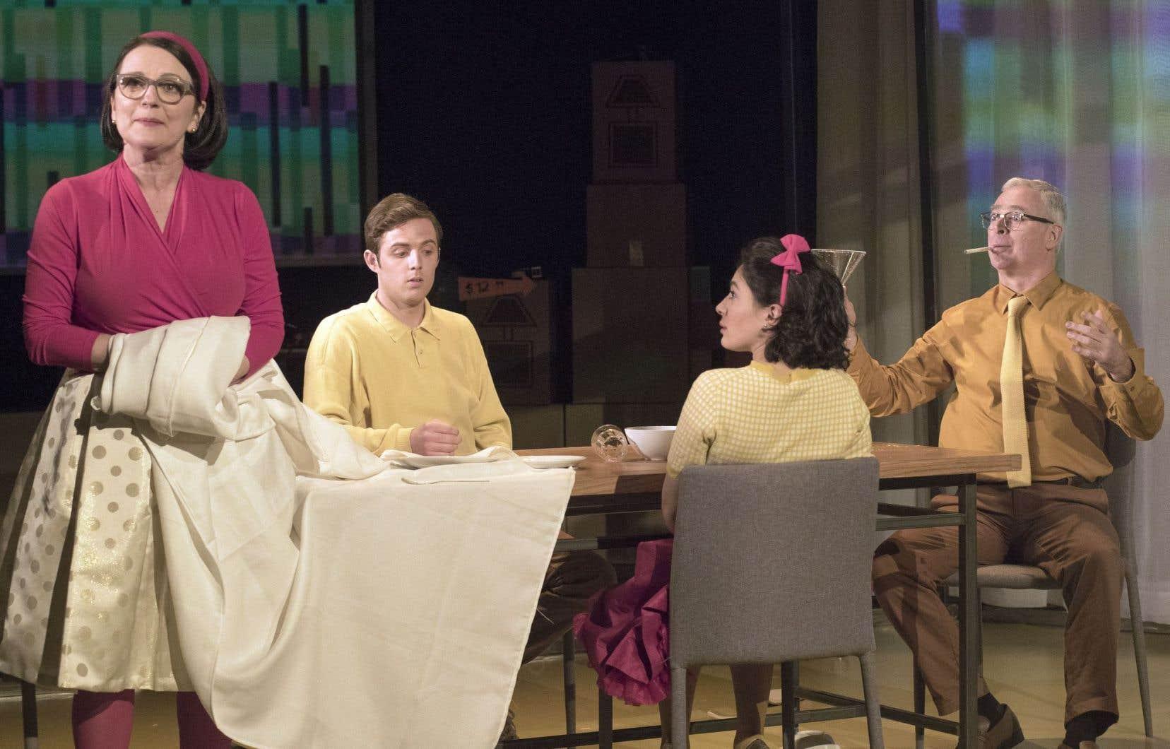 Marie-Thérèse Fortin, Christophe Payeur, Mounia Zahzam et Jacques L'Heureux dans une scène de la pièce «Extramoyen, splendeur et misère de la classe moyenne»