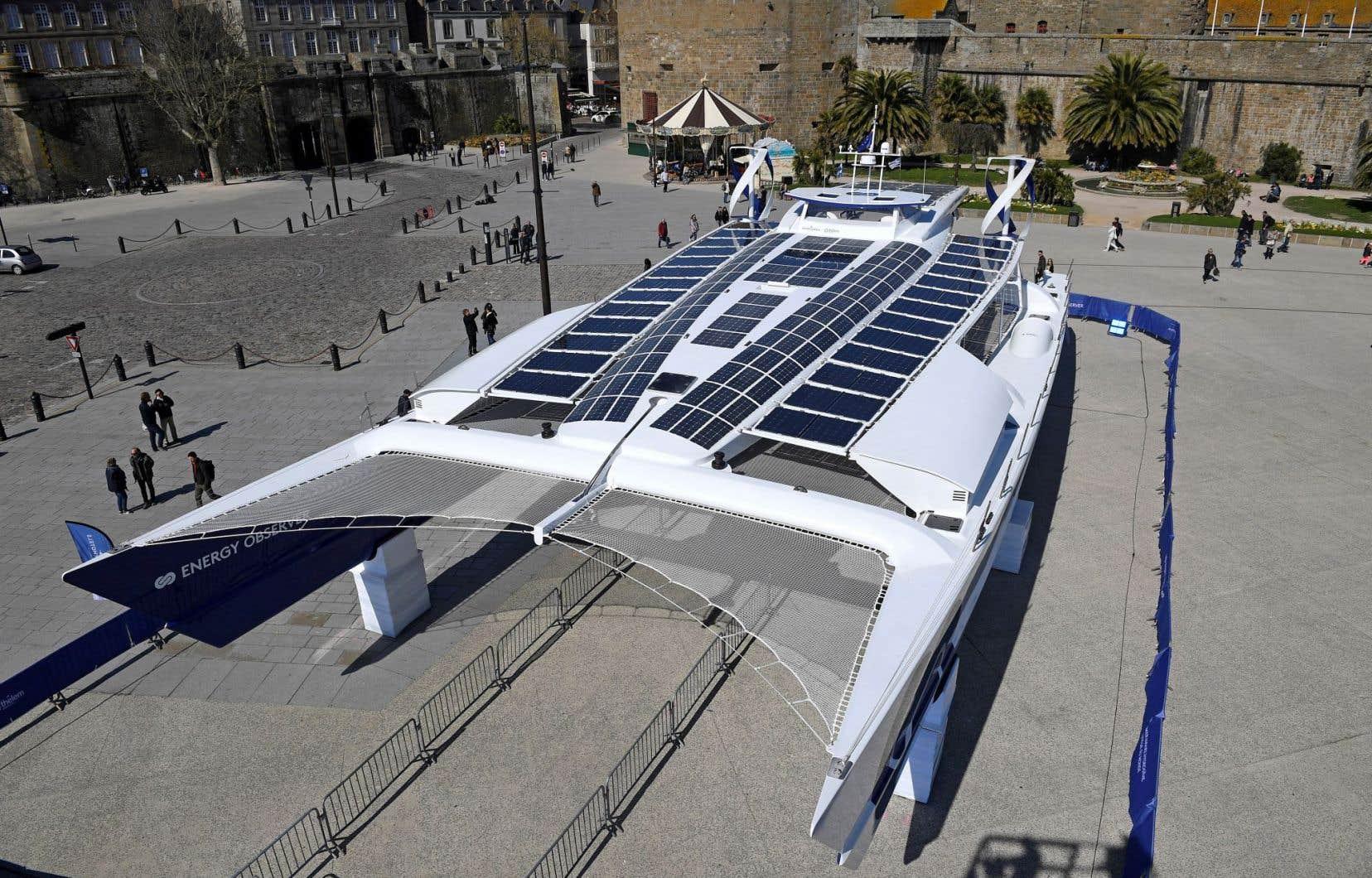 Le catamaran de 30,5m de long pour 12,80m de large est le premier bateau au monde capable de produire son propre hydrogène par électrolyse à partir de l'eau de mer.