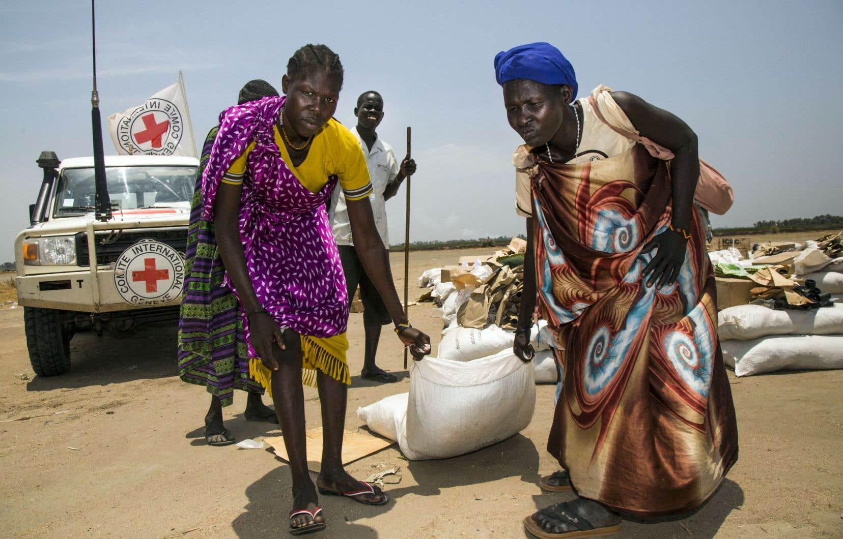 Le Comité international de la Croix-Rouge (CICR) a procédé à la distribution de sacs de grains, au Soudan du Sud, mardi.