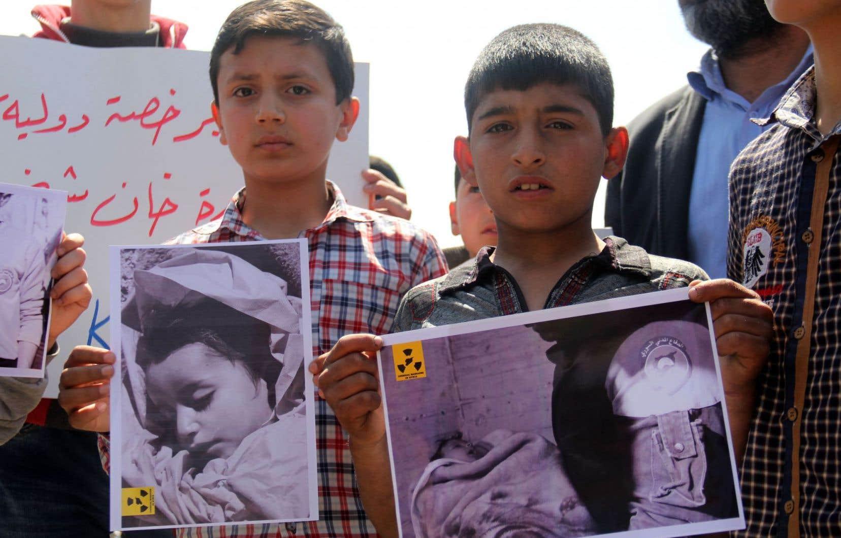 Des résidants de Khan Cheikhoun montrent des photos de victimes de l'attaque au sarin qui a tué 87 de personnes.