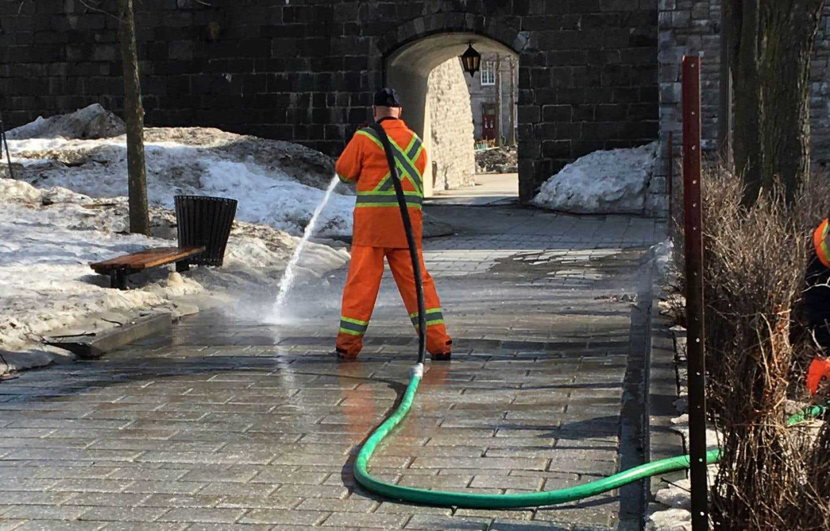 «Le Devoir» révélait mardi que la Ville arrose ses trottoirs avec de l'eau potable.