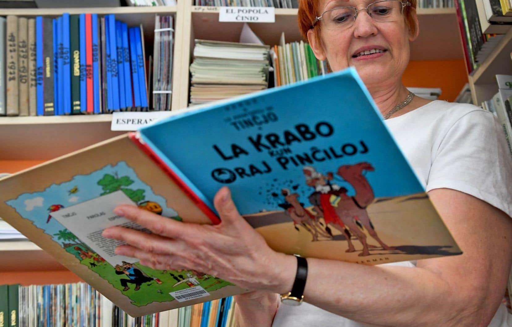 Parmi les 3200 volumes de la bibliothèque d'espéranto de Bialystok, de grands classiques comme «Tincjo. La krabo kun oraj pinciloj» («Tintin. Le crabe aux pinces d'or»)