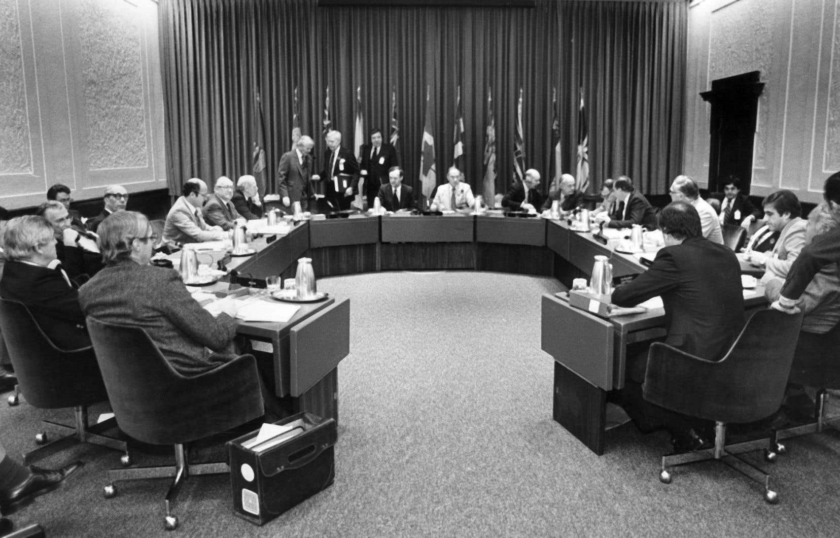 Dès le lendemain du référendum de 1980, Trudeau entreprit de rapatrier de Londres la Constitution canadienne en y insérant des modifications qui réduisaient les pouvoirs des provinces, plutôt que de les augmenter.