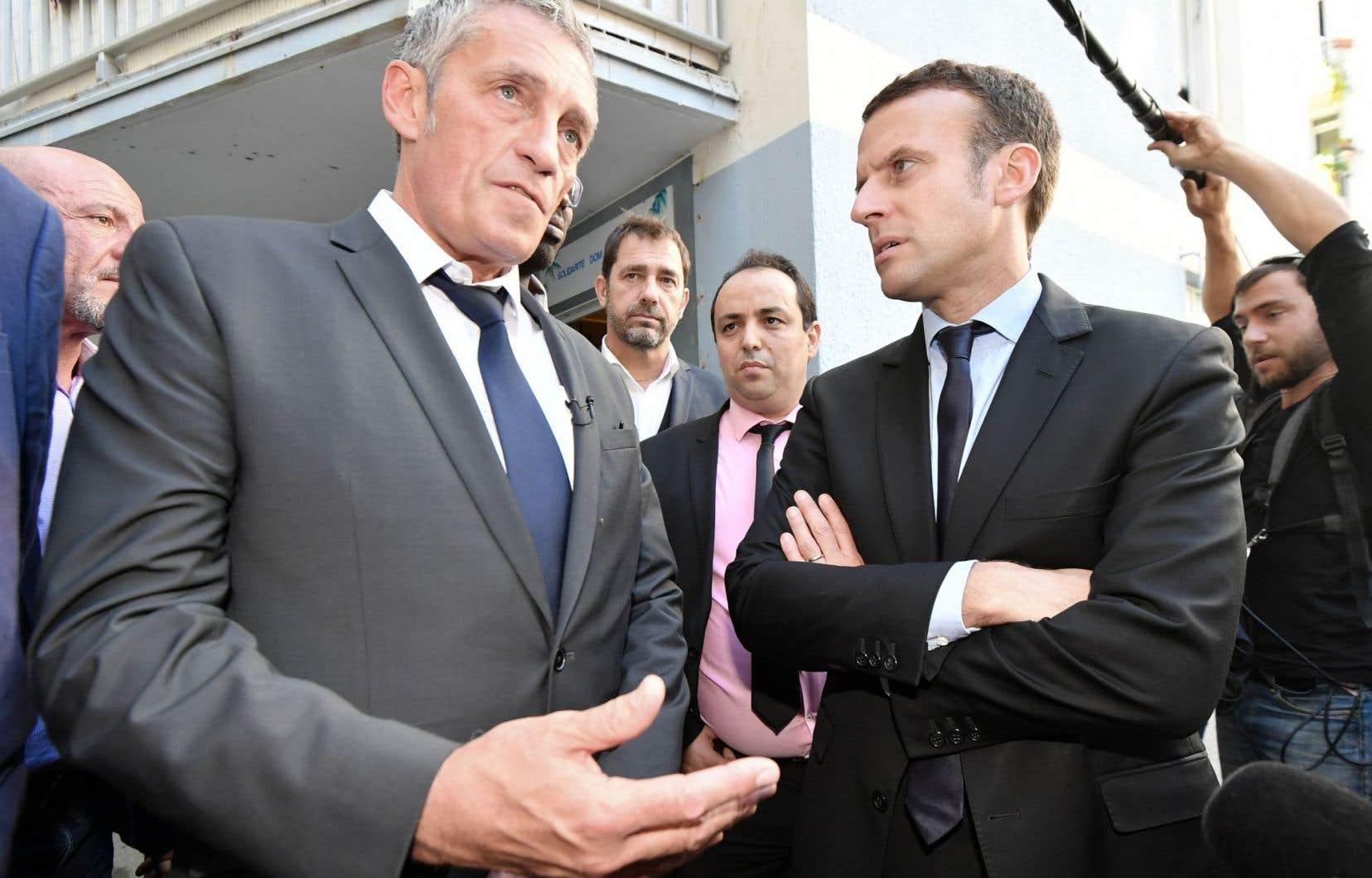 Le maire de Montpellier, Philippe Saurel (à gauche) accompagné du candidat à l'élection présidentielle Emmanuel Macron (à droite)