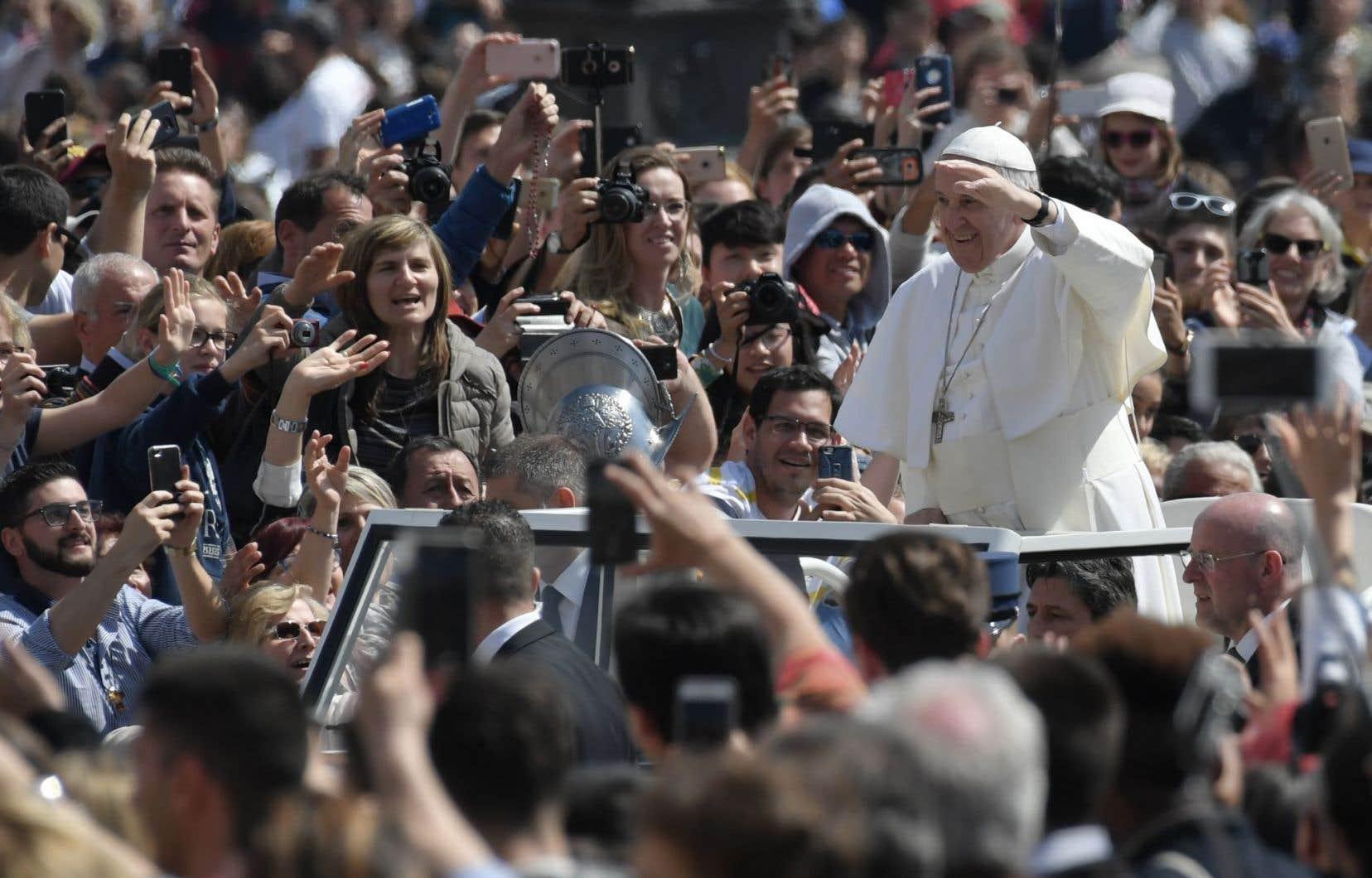 Devant 60 000 fidèles rassemblés place Saint-Pierre, le papeFrançois a réclamé l'aide de Dieu pour en finir avec les conflits et les guerres dans le monde.