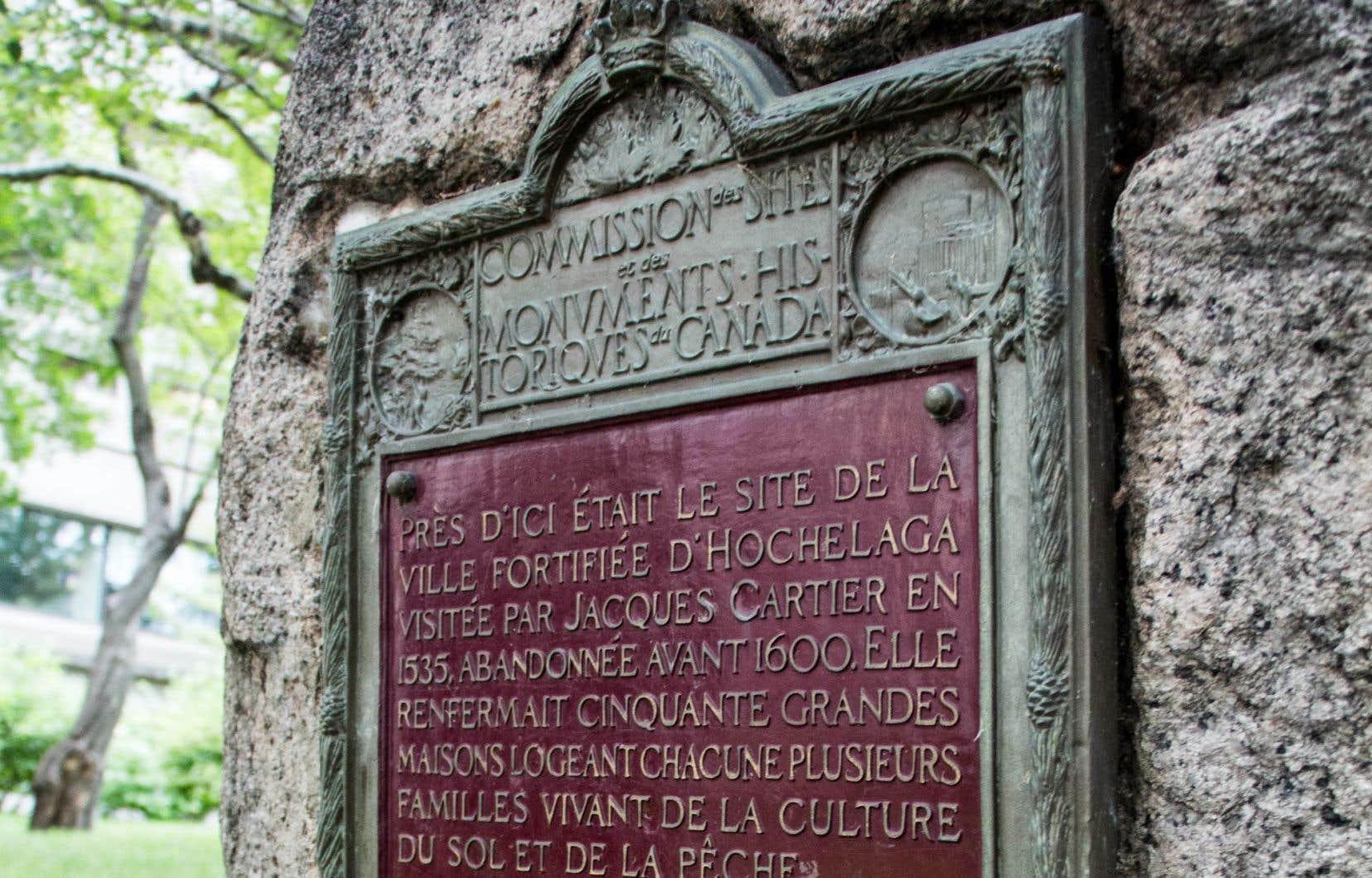 La première plaque est installée sur une pierre à gauche de l'allée centrale de l'entrée de l'université. Il y est inscrit: «Près d'ici était le site d'Hochelaga visité par Jacques Cartier en 1535 et abandonné avant 1600.»