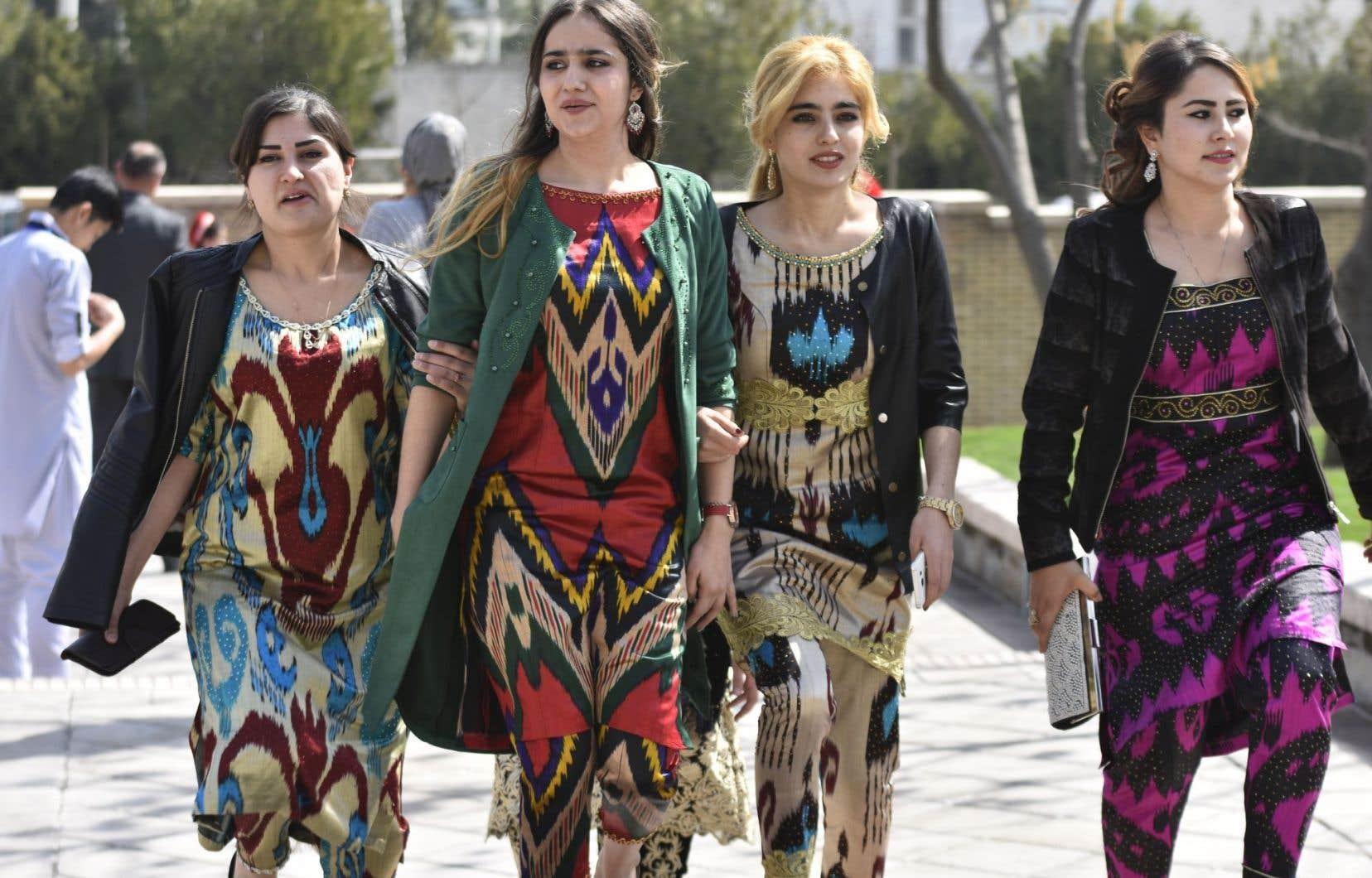 <p>En s'habillant de la sorte, les femmes tadjikessuivent les recommandations de leur gouvernement, qui leur demande de préférer les vêtements traditionnels, comme la robe Atlas, au hidjab.</p>