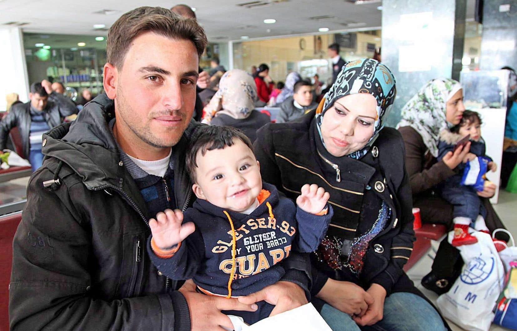 Une famille syrienne à l'aéroport d'Amman en Jordanie s'apprête à immigrer au Canada.