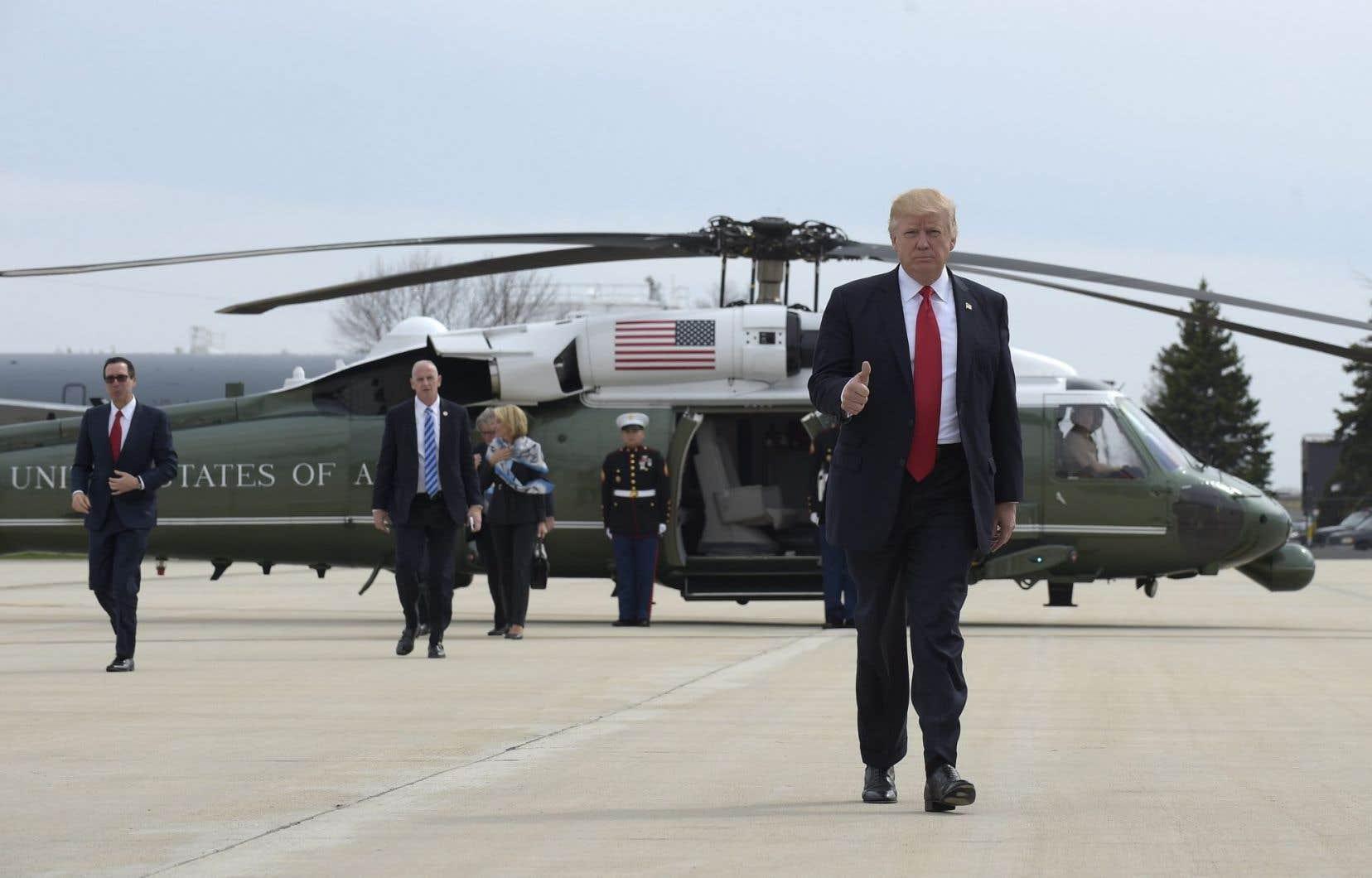 Donald Trump à l'aéroport de Milwaukee, au Wisconsin, mardi, après avoir livré un discoursà Kenosha.