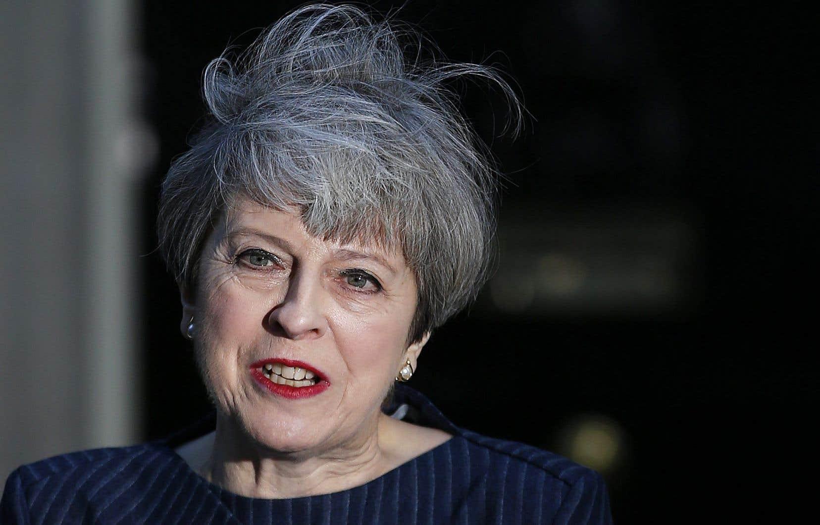 Theresa May, actuelle première ministre conservatrice, a créé la surprise générale moins de trois semaines après avoir lancé la procédure historique de sortie du Royaume-Uni de l'Union européenne.