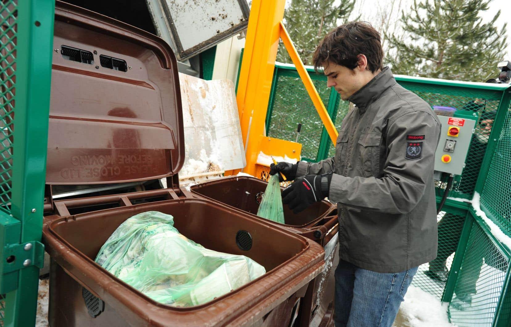 En réalisant ses activités de compostage sur place, l'Université de Sherbrooke intègre complètement la gestion des matières compostables, allant de la collecte au compostage des résidus organiques et de la vaisselle compostable, jusqu'à l'utilisation du compost en interne (photo ci-dessous, dans le texte).