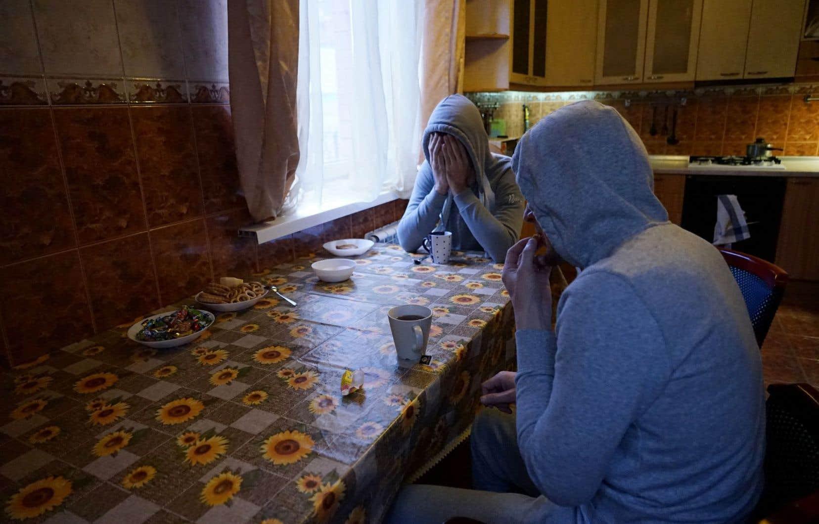 Deux hommes homosexuels tchétchènes, qui ont fui la persécution dans la région musulmane russe de la Tchétchénie en raison de leur orientation sexuelle, se trouvent autour d'une table dans leur appartement à Moscou.