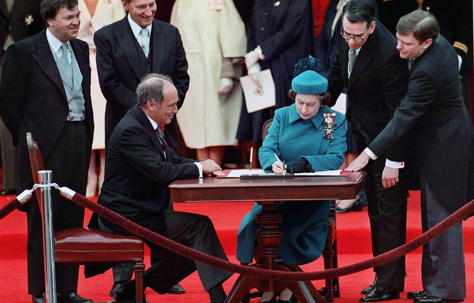 Le 17 avril 1982, la proclamation de la Loi constitutionnelle — signée par la reine et par le premier ministre Pierre Elliott Trudeau — marquait l'aboutissement d'une opération de rapatriement unilatéral effectuée sans l'assentiment du Québec, rappellent les auteurs.