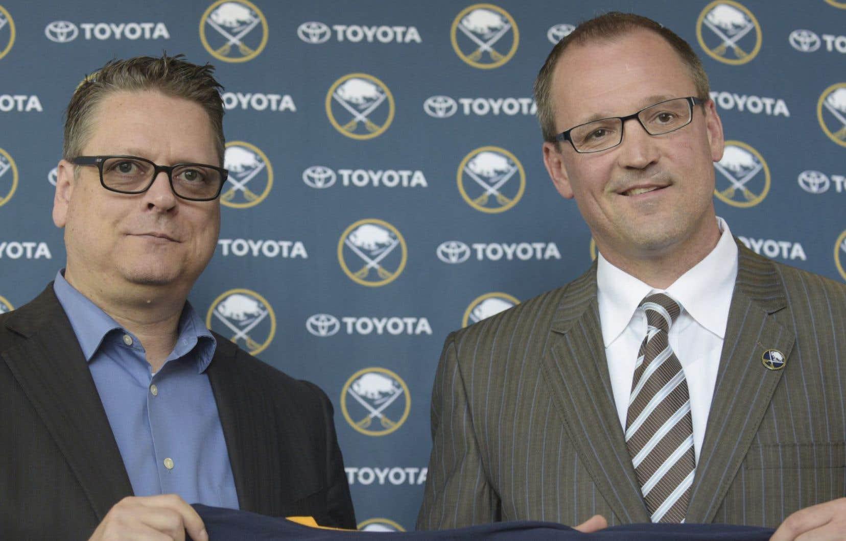 Le directeur général Tim Murray (gauche) et l'entraîneur-chef Dan Bylsma, photographiés ici en 2015