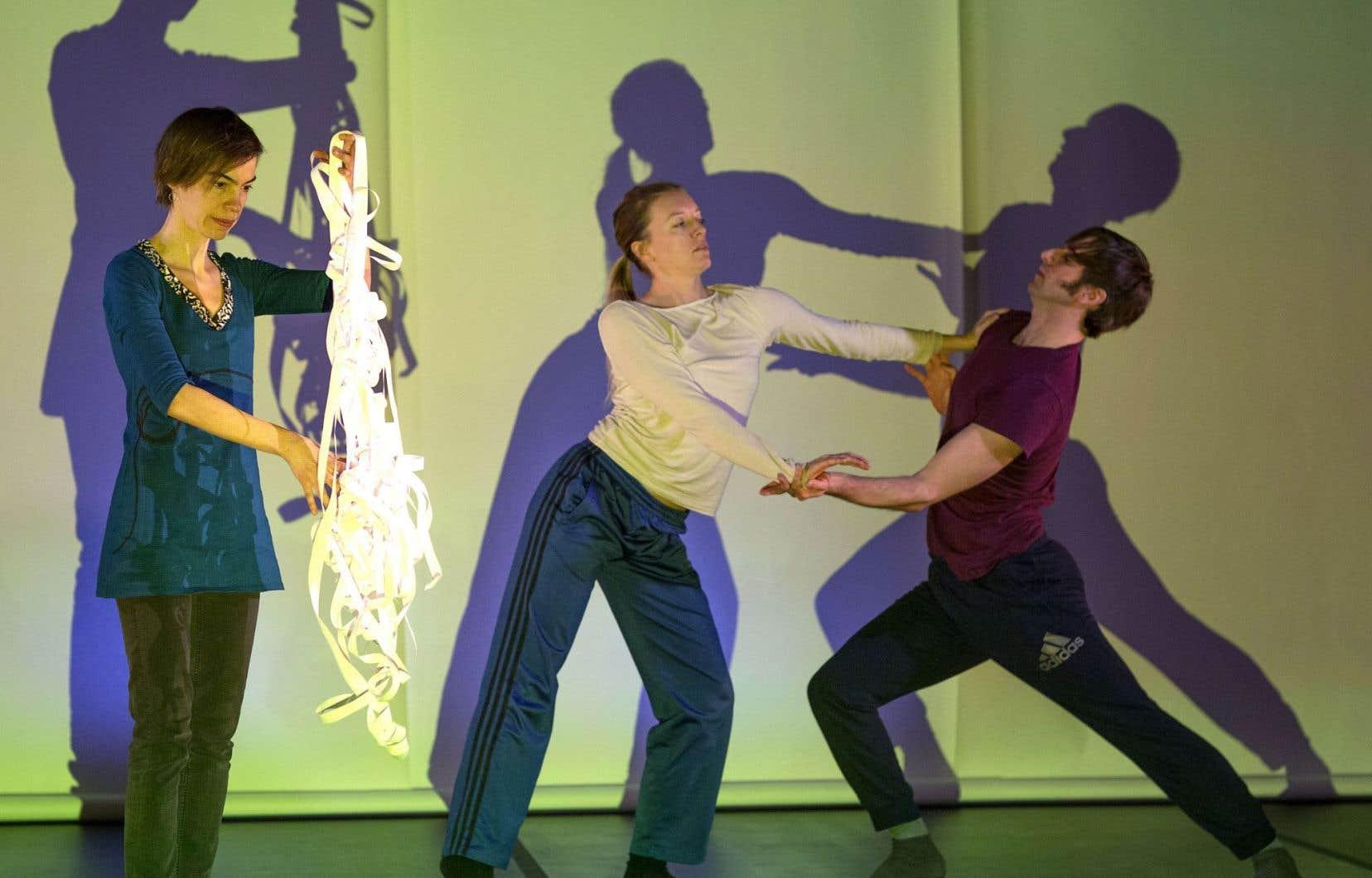 En répétition pour «Cocons somatiques», de gauche à droite, l'artiste visuelle Manon De Pauw, la danseuse Gabrielle Desgagnés et le chorégraphe Pierre-Marc Ouellette
