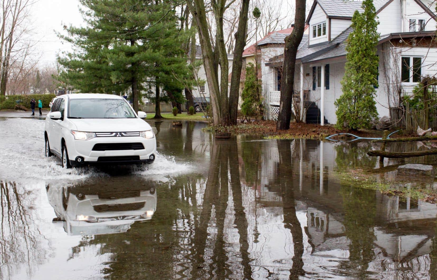 Des rues sont complètement inondées à Laval-sur-le-Lac, dans l'ouest de l'île de Laval.