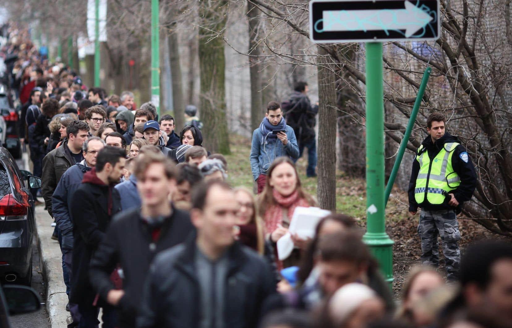 Dès l'ouverture des bureaux de vote, ils étaient plusieurs centaines à attendre patiemment leur tour dans le froid et la grisaille.