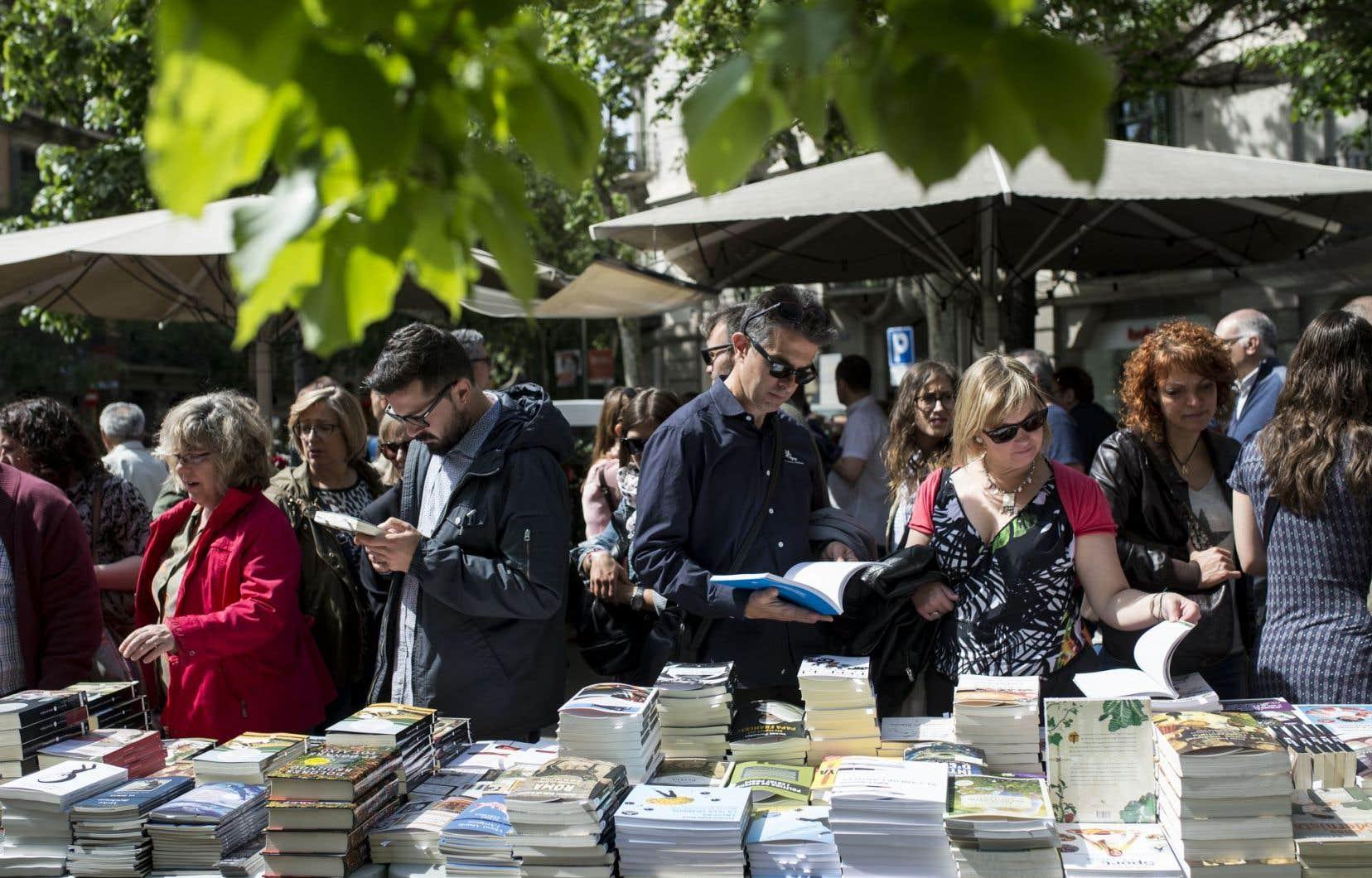 <p>Sous un soleil radieux de printemps, la foule déambulait dimanche entre les étals de livres et de roses rouges dans les villes de Catalogne.</p>