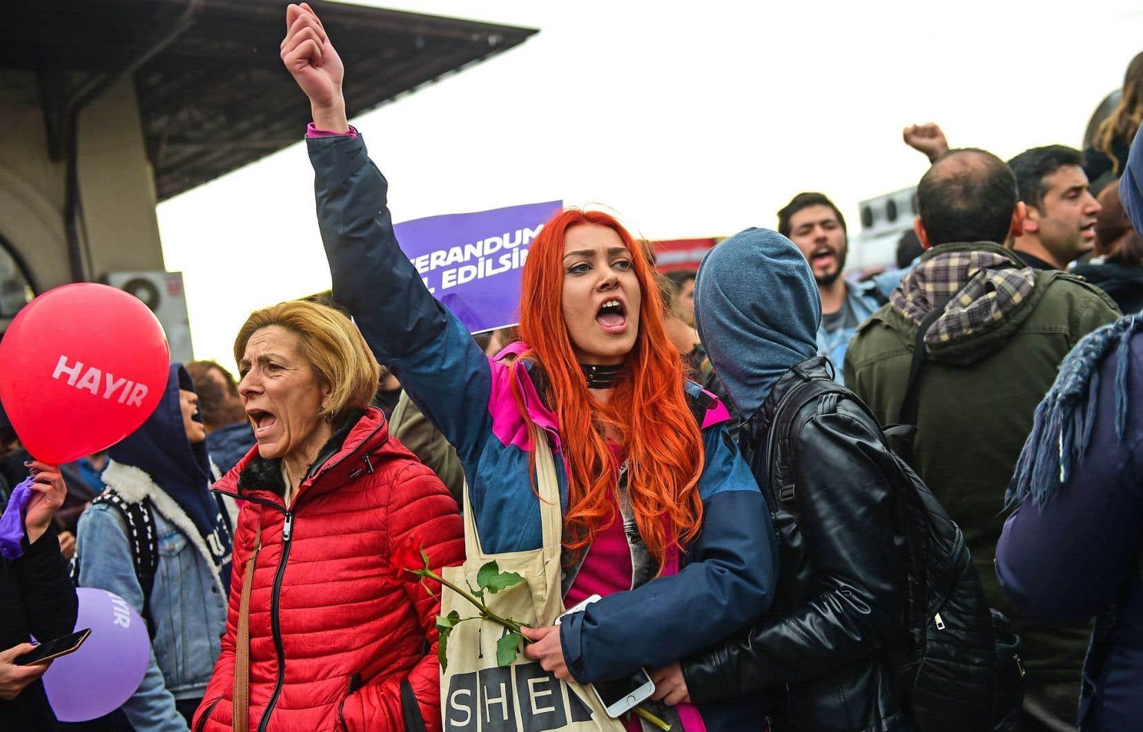 La manifestation a coïncidé avec le 97e anniversaire de l'instauration du Parlement turc, une date célébrée comme la fête de la Souveraineté nationale.