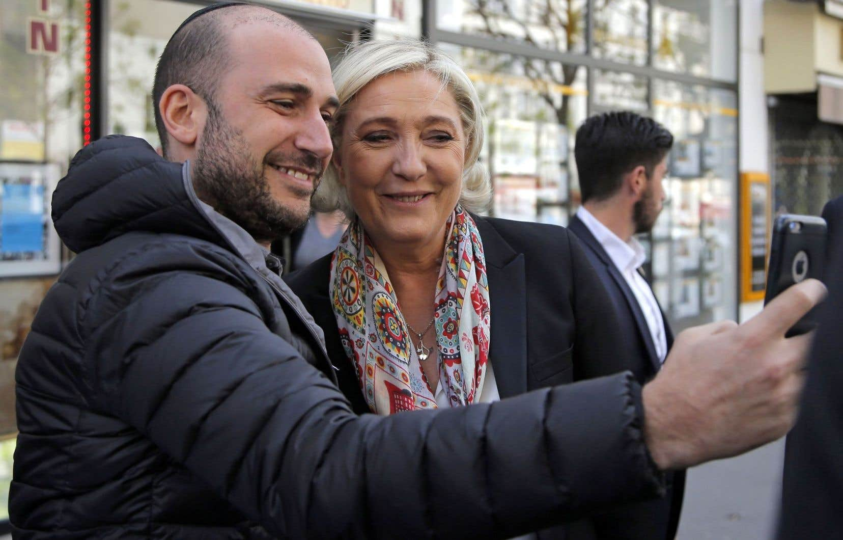 Marine Le Pen a pris le temps de faire quelques égoportraits dans les rues de Paris lundi.