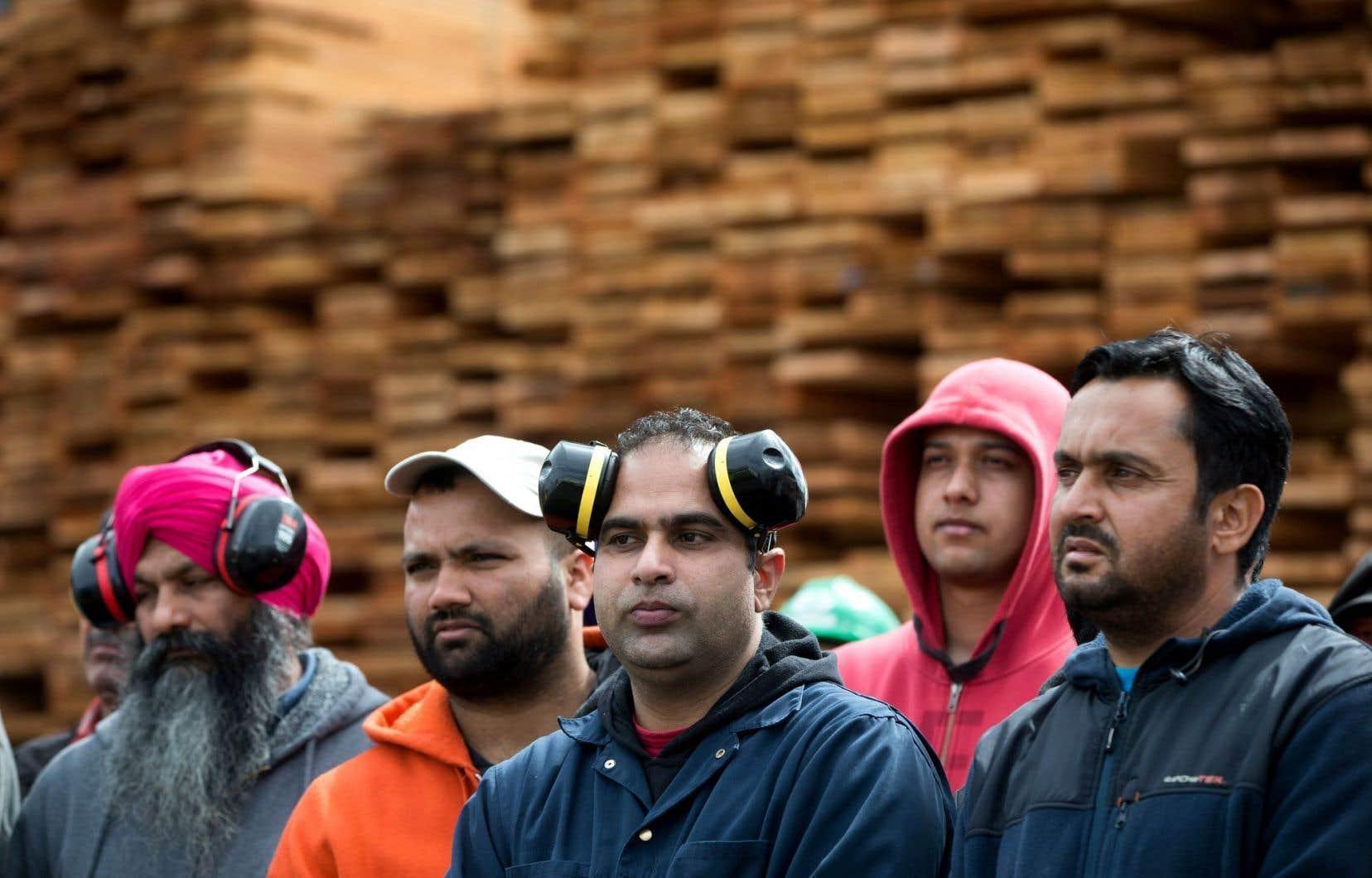 Des ouvriers d'un moulin à bois écoutaient mardi la première ministre de la Colombie-Britannique, Christy Clark, qui promettait de défendre leurs intérêts.