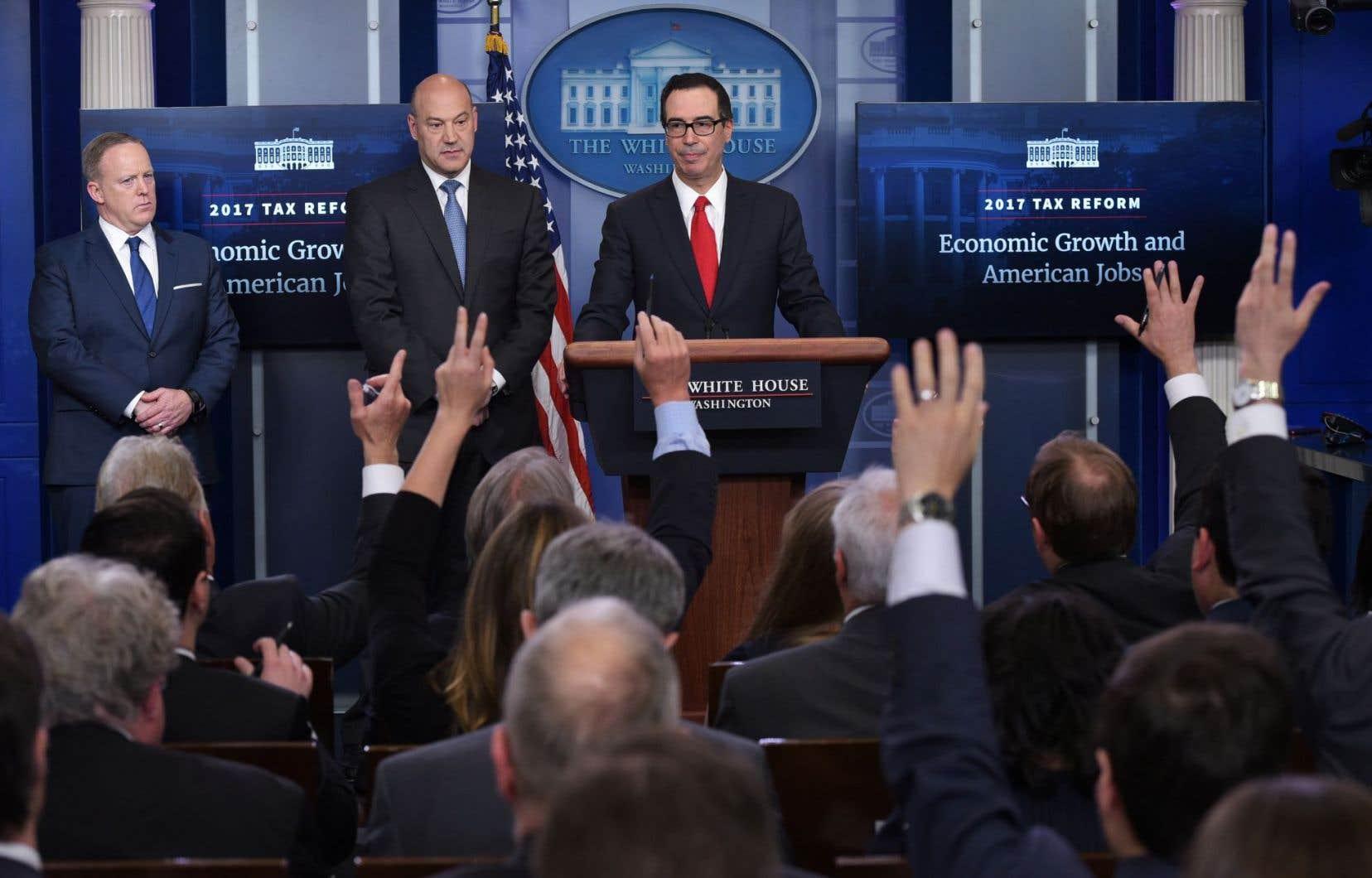 Steven Mnuchin, le secrétaire du Trésor, et Gary Cohn, conseiller économique en chef, ont annoncé la réforme devant la presse, mercredi, à Washington.