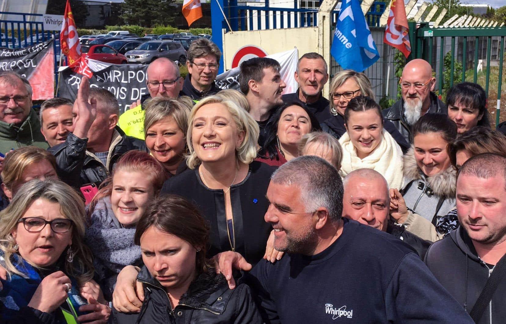 Marine Le Pen s'est prêtée au jeu des égoportraits avec des salariés.
