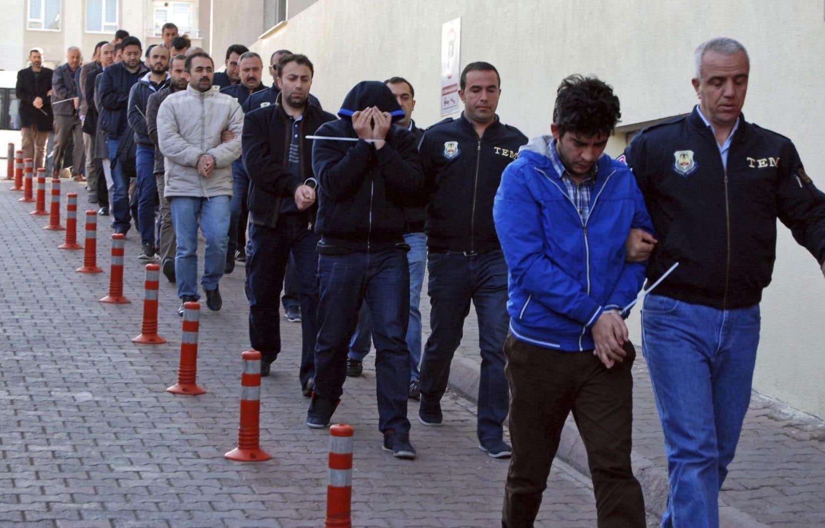 Des personnes arrêtées par les policiers, àKayseri, mercredi