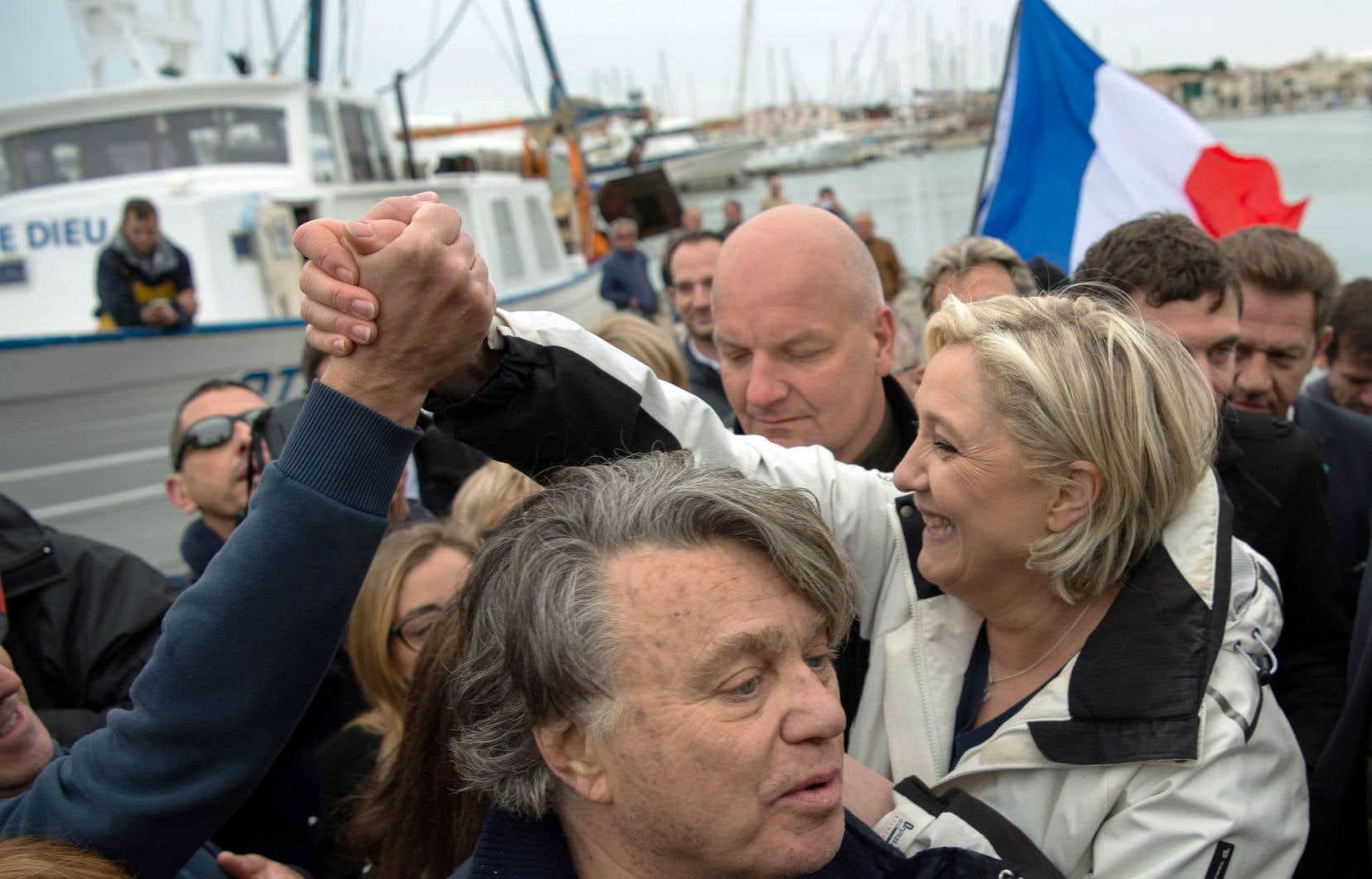 Marine Le Pen rencontre les pêcheurs du Grau-du-Roi, petit port de pêche du sud de la France, après être allée naviguer tôt le matin.
