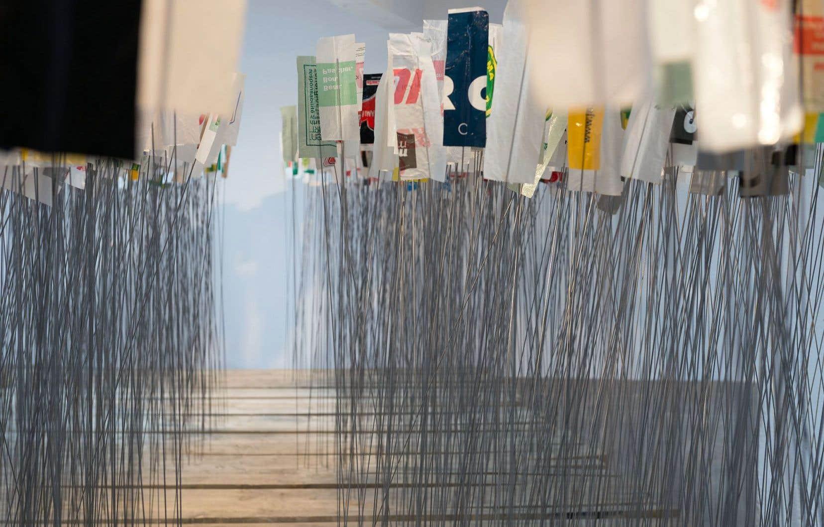 L'installation «Afin d'éviter tous ces nœuds» est faite de planches de bois, de tiges de métal et de sacs de plastique.