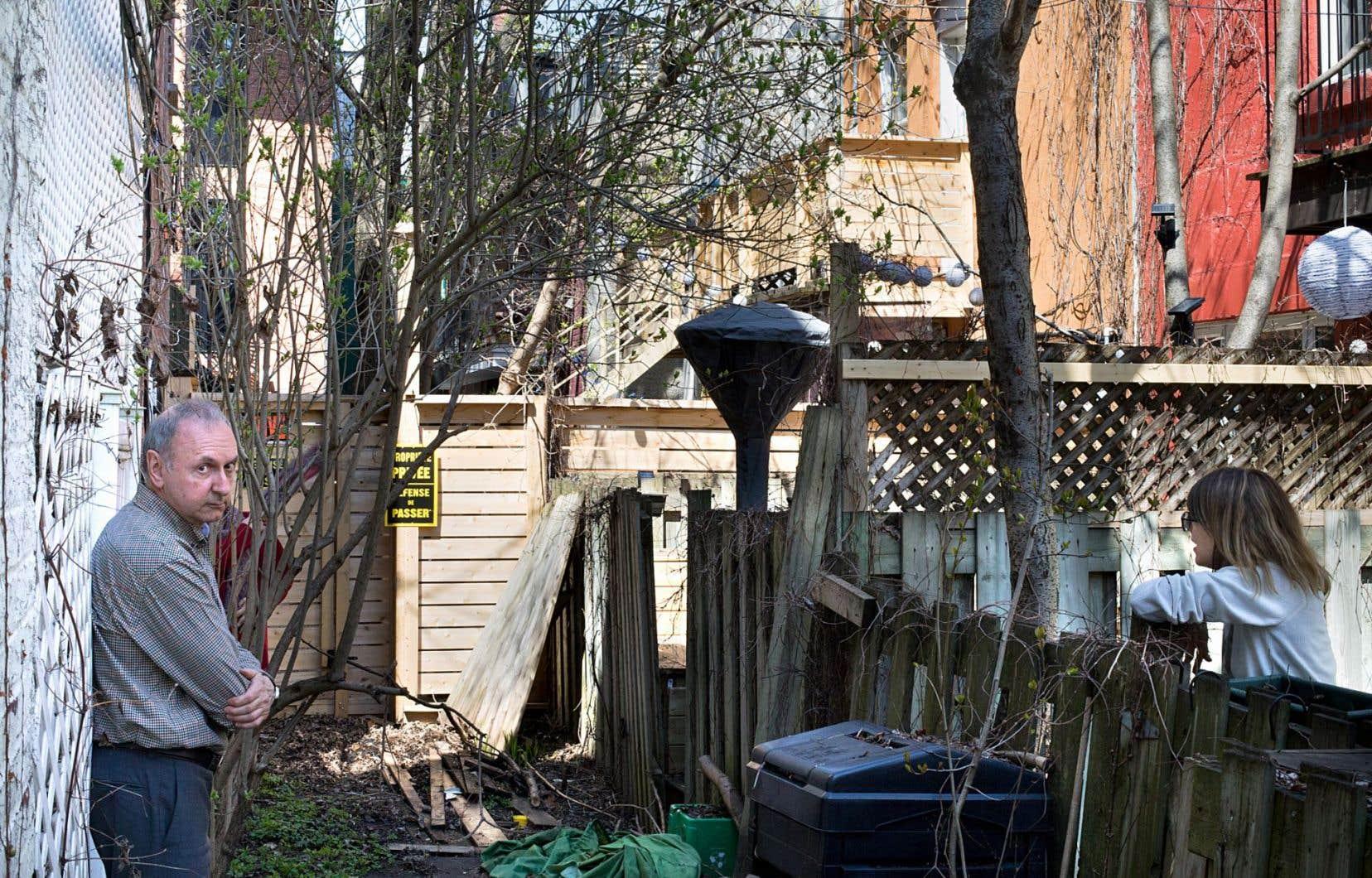 Les voisins de Guy Achard, propriétaire dans le Plateau-Mont-Royal, fulminent de s'être fait enlever l'accès à leur ruelle.
