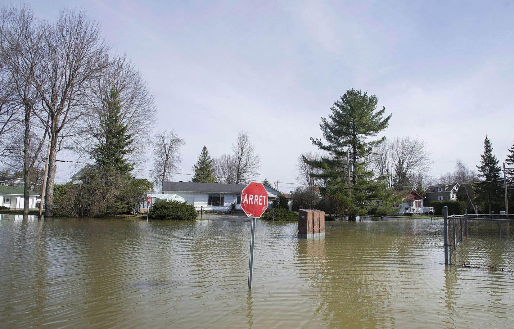 Plusieurs cours d'eau québécois ont atteint leur seuil d'inondation au Québec au cours des dernières semaines, provoquant des inondations, comme ici à Rigaud, à la fin du mois d'avril.