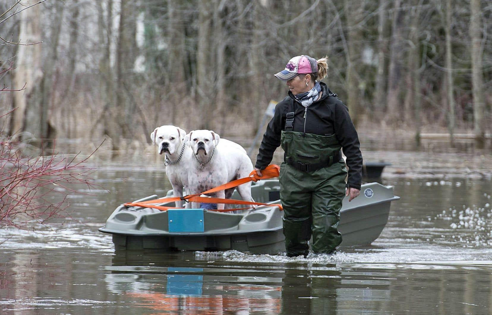 Une résidente de Rigaud, Hillary Porter, s'est servie d'un bateau pour évacuer ses chiens mardi.