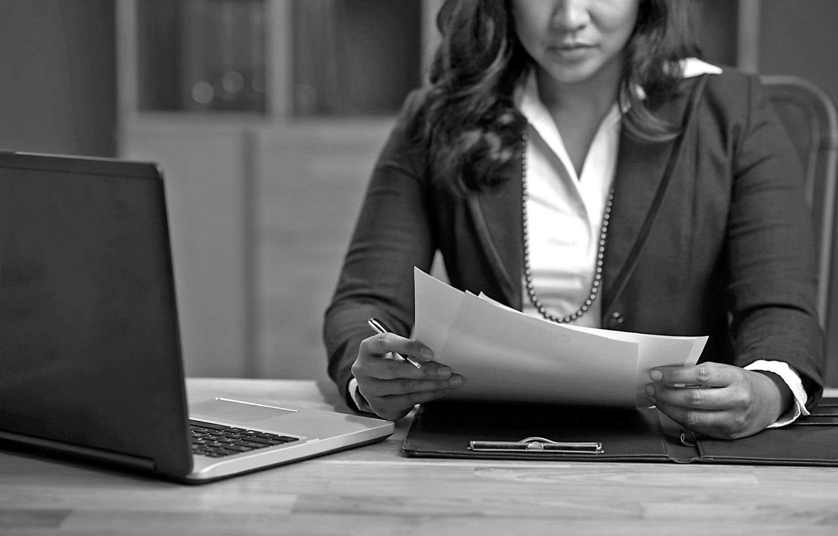 «Quand on regarde seulement du côté des avocates, on constate beaucoup d'enjeux de conciliation travail-famille, une faible présence chez les associés et une rémunération qui représente la moitié de celle des hommes», précise Sophie Brière.