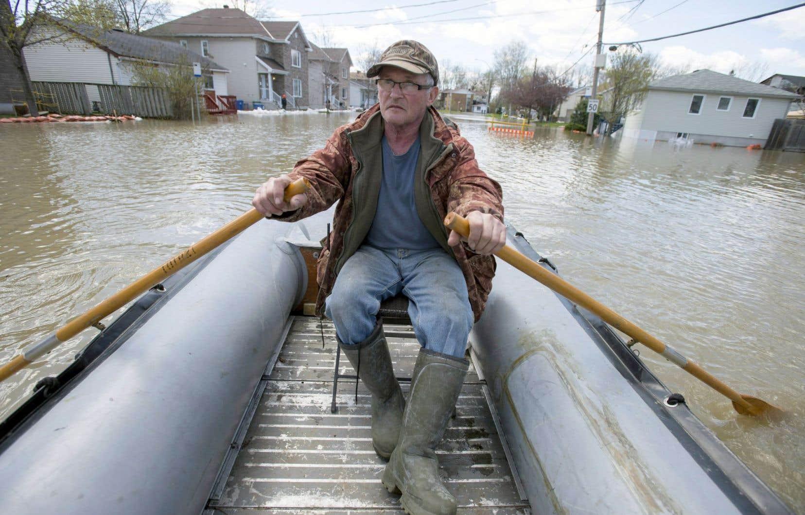 C'est à bord de son bateau qu'André Fortin s'est promené sur sa rue mercredi. Ce résident de Gatineau avait déjà été victime de l'inondation de son quartier en 1974.