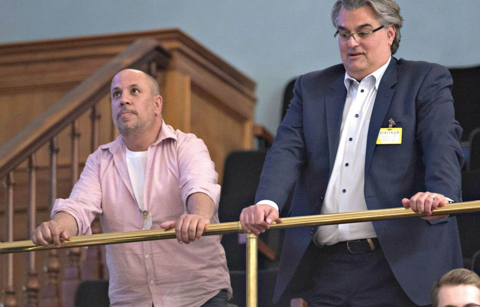 Dans les tribunes réservées au public, deux spectateurs attentifs: Ken Peireira et Lino Zambito