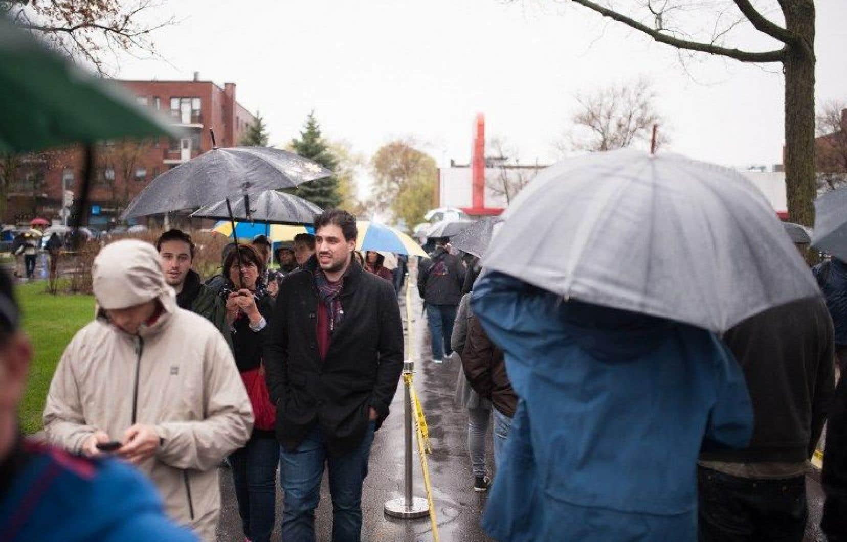 Dès 8h ce matin, des gens faisaient la file aux portes du Collège Stanislas, dans le quartier Outremont, à Montréal.