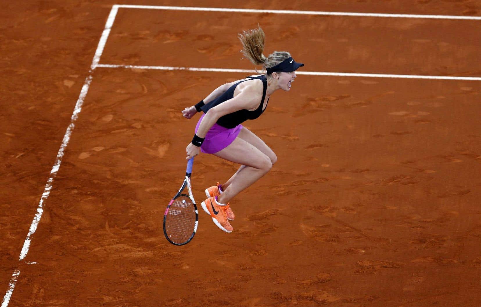 La Québécoise a mis fin au duel avec un coup droit en croisé en fond de court que Sharapova n'a pu récupérer.