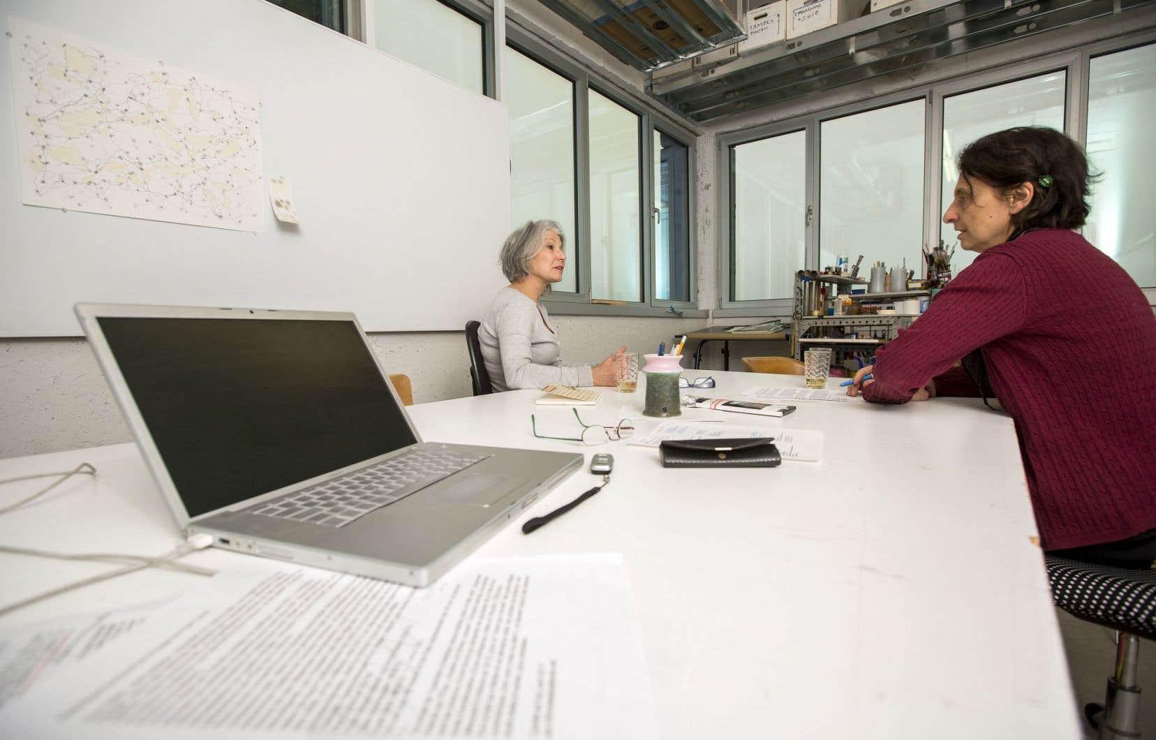 Les artistes Francine Lalonde et Renée Lavaillante dans un atelier au Pôle de Gaspé