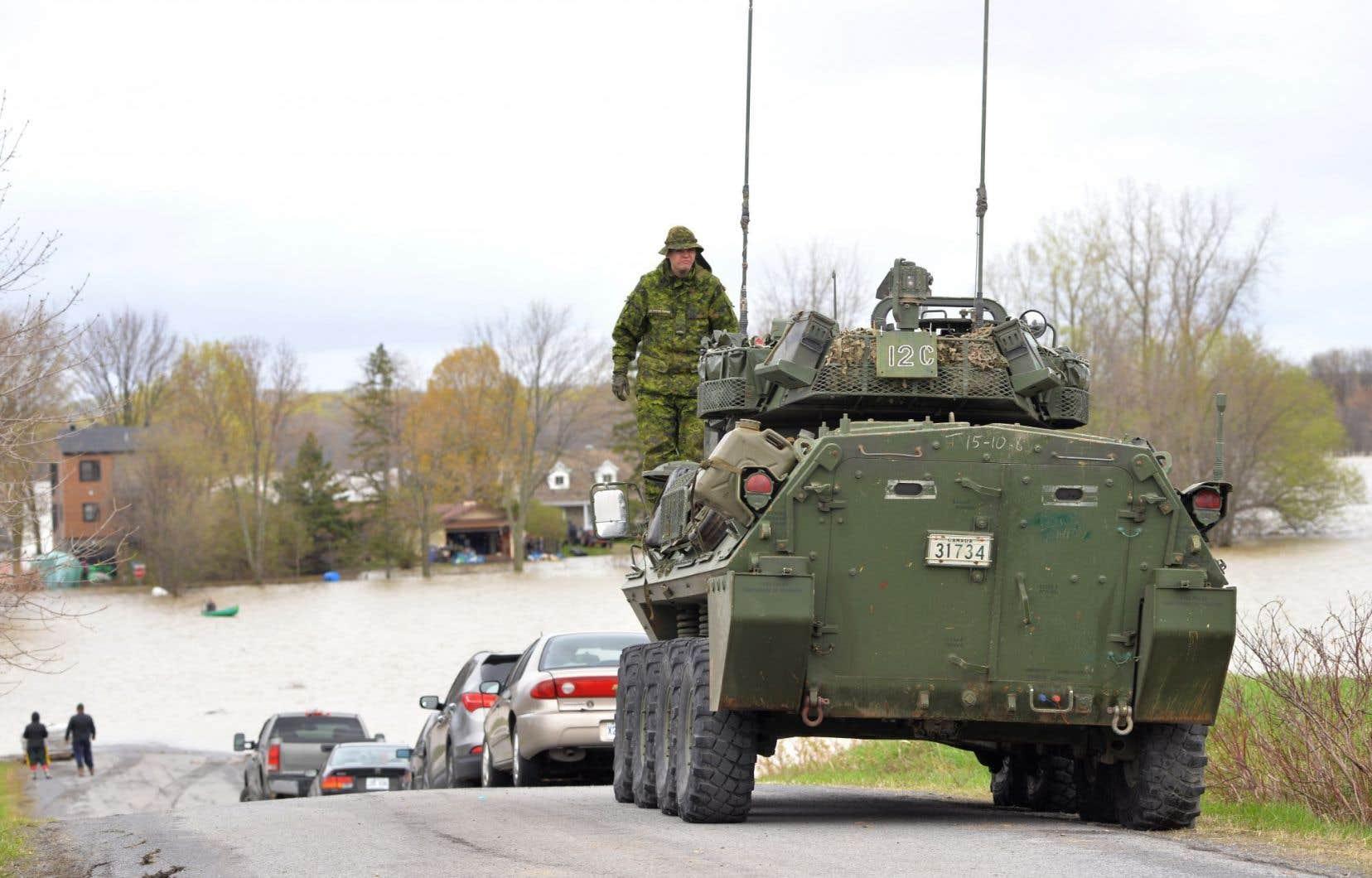 Un blindé de l'armée canadienne descend la rue Saint-Simon, à Rigaud.