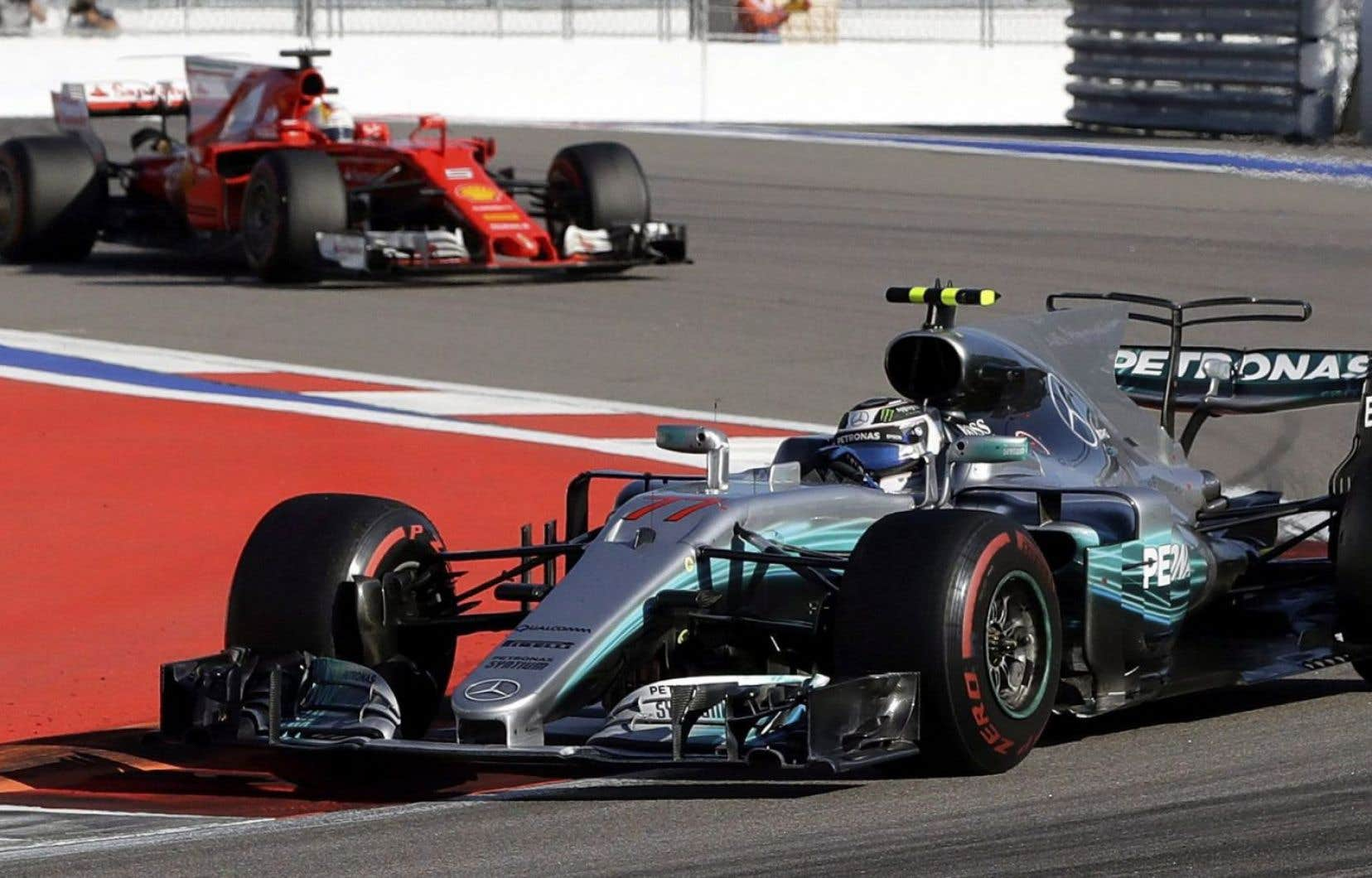 Le pilote de Formule 1Valtteri Bottas suivi de près par l'AllemandSebastian Vettel