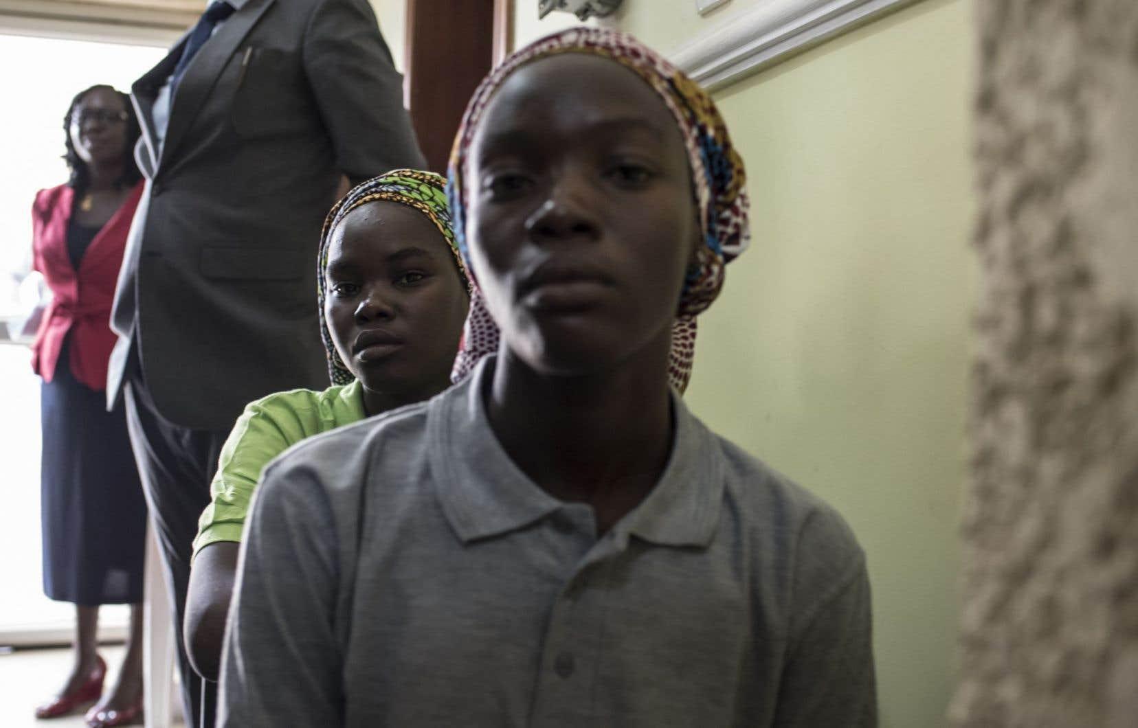 Deux jeunes filles parmi les quelque 80 lycéennes nigérianes libérées par le groupe djihadiste Boko Haram, le 8 mai 2017.