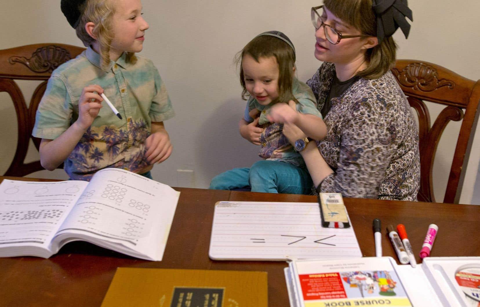 Après l'école religieuse, le petit Moshe fait l'école à la maison avec sa mère, Yitti Chacham Hirsch.