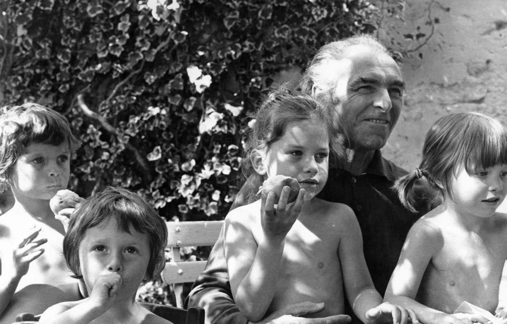 Doisneau entouré de ses petits-enfants, Sonia, Alexandre, Marie et Clémentine, à l'été 1978