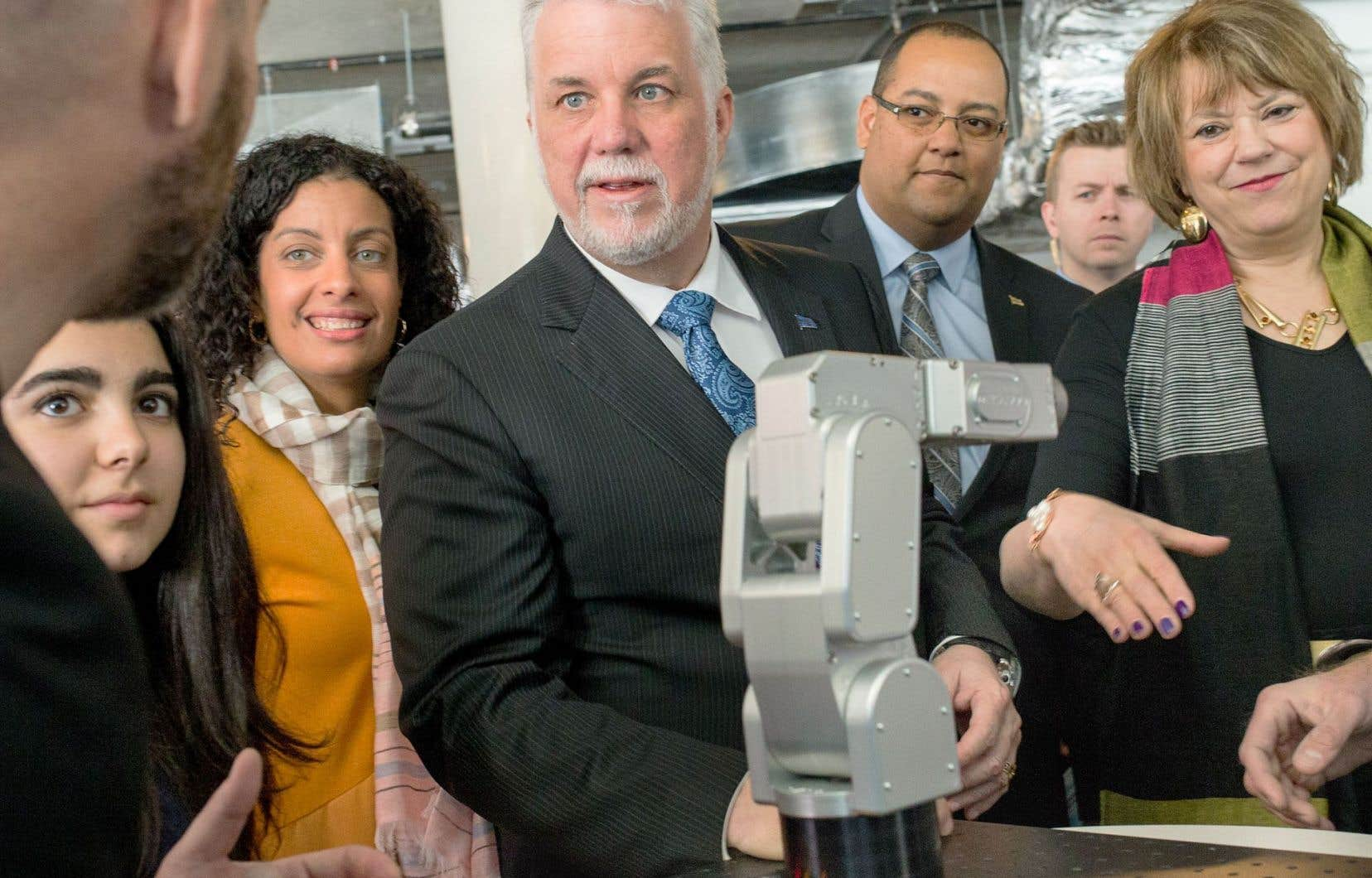 Les ministres Dominique Anglade et Hélène David, ainsi que le premier ministre, Philippe Couillard, ont participé à la présentation de la Stratégie québécoise de la recherche et de l'innovation, vendredi.