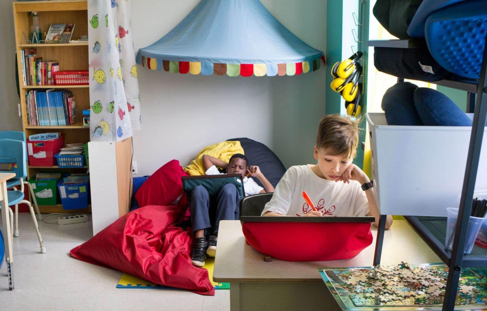 La classe de MmeMarjolaine, au centre pédagogique Lucien-Guilbault, est lumineuse, colorée et confortable pour permettre aux élèves de se concentrer davantage dans la position de leur choix.