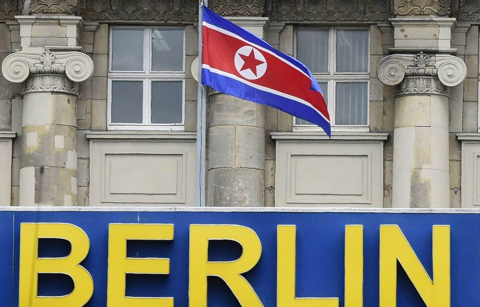 Vue sur le City Hostel Berlin, avec le drapeau de la Corée du Nord, à côté de l'ambassade de Corée du Nord à Berlin, en Allemagne