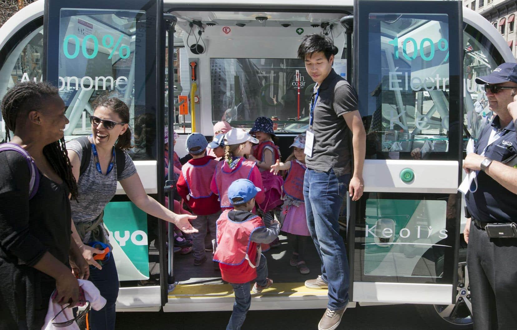Des enfants ont fait la découverte d'un minibus autonome, mardi, au sommet de l'Union internationale des transports publics.