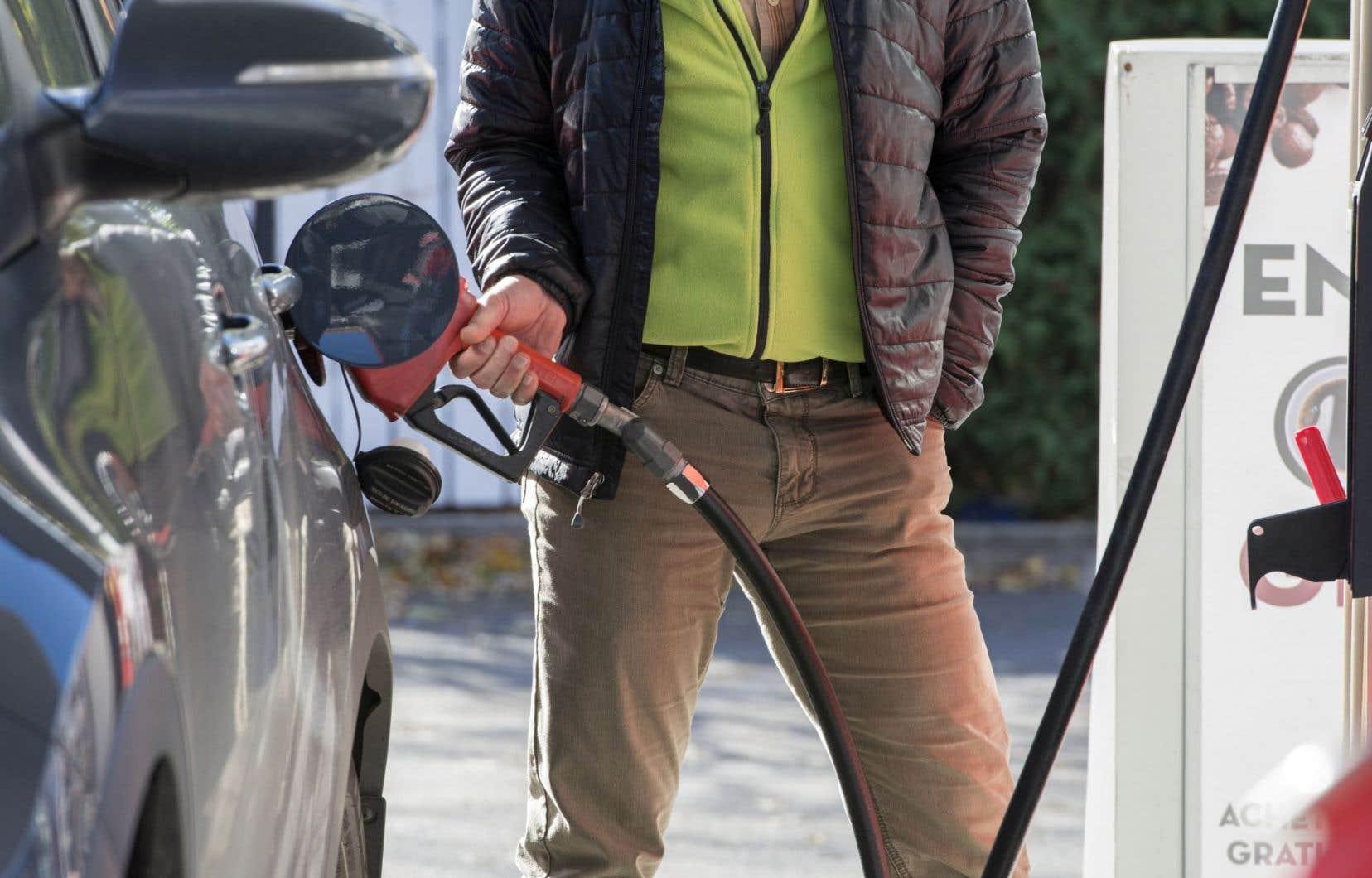 La taxe carbone qui s'appliquera sur l'essence sera de 2,33 cents le litre en 2018. Elle grimpera jusqu'à 11,63 cents le litre en 2022.